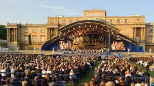 The stage in front of Buckingham Palace