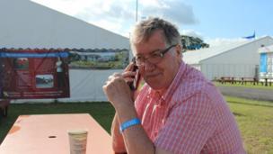 Hywel Gwynfryn yn cael paned a gorffen ei baratoadau cyn dechrau darlledu ar Radio Cymru.