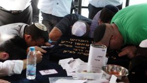 Prayers at Rabbi Papo's grave (photograph by Noam Sharon)