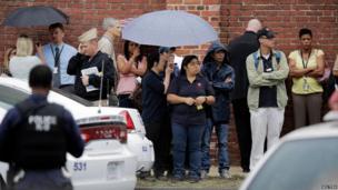 Onlookers outside the Washington Navy Yard, 16 Sept