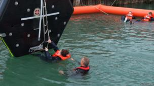 Manoeuvring a rubber lift raft into position
