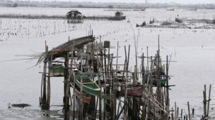 Fishermen secure their boats in anticipation of the arrival of Typhoon Haiyan near Manila Bay in Bacoor, Cavite, 8 November 2013