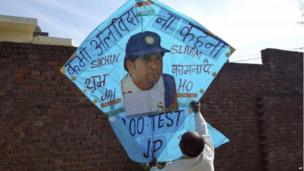 """Jagmohan Kanojia holds up a kite with a portrait of Sachin Tendulkar and a message that reads: """"Never say farewell"""" in Amritsar, 13 November 2013"""