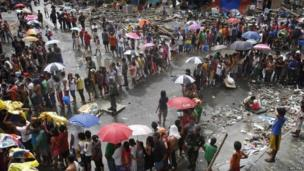 Victims queue for food and water in the aftermath of super typhoon Haiyan in Tacloban city, central Philippines, 14 November 2013