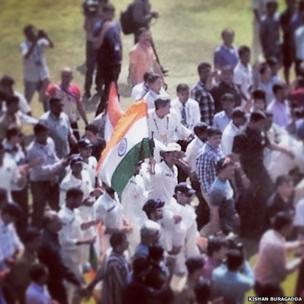 Tendulkar with the flag of India