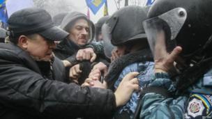 Protesters and police jostle, 25 Nov, Kiev