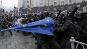 Pro-EU protesters and police clash, Kiev, 25 Nov