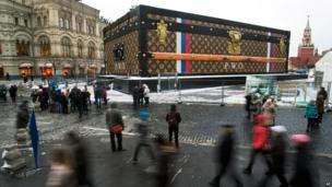 Gigantic Louis Vuitton suitcase erected in Red Square, Moscow, on 27 November 2013