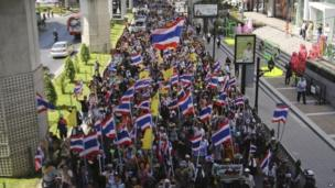 Anti-government protesters march to the Royal Thai Police headquarters in Bangkok, Thailand, 28 November 2013