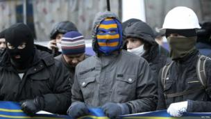 Protesters block the Ukrainian cabinet of ministers building in Kiev 02/12/2013