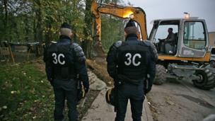 Police raid on Roma camp. 4 December, courtesy Collectif Rom du Val Maubuee