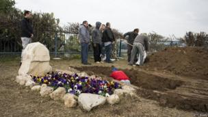 "Workers prepare the grave of late former PM Ariel Sharon next to his wife Lili Sharon""s"
