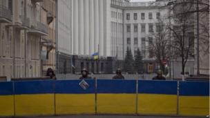 Opposition guards outside presidential administration buildings in Kiev, Ukraine (22 Feb 2014)