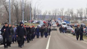 People walk into the private residence of the Ukrainian president, Kiev (22 Feb 2014)