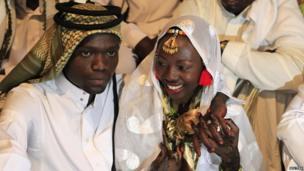 Kenyan bride Hawa Abdulkadir and groom Mohammed Noah in Nairobi's Kibera slum on 22 March 2014