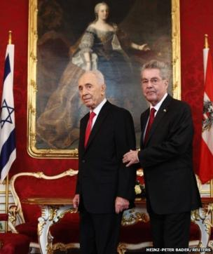 Israel's President Shimon Peres (left) and his Austrian counterpart Heinz Fischer