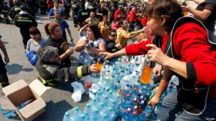 Volunteers deliver bottles of water in Valparaiso, April 13, 2014.