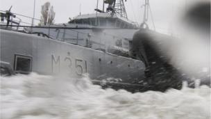 Norwegian Navy minesweeper Otra, left, and Estonian mine-hunter Admiral Cowen, right, at the military port of Swinoujscie, Poland (24 April 2014)