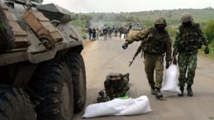 Ukrainian troops build a sandbag barricade in Andreevka village, not far from Sloviansk, on 2 May 2014