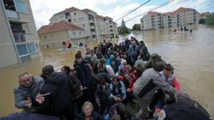 A group is evacuated in flooded streets in the town of Obrenovac, Serbia (18 May 2014)