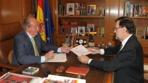 Prime Minister Mariano Rajoy (r) announced King Carlos' (l) decision
