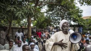 A local Muslim elder addressing CAR's prime minister with a megaphone - Bangui, CAR - Saturday 7 June 2014