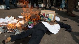 A burning effigy of Kenyan opposition leader Raila Odinga in Nairobi on 18 June 2014