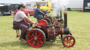 Traction engine drag race. Pic: Andrew Segal