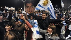 Uruguayans show their support for banned striker Luis Suarez