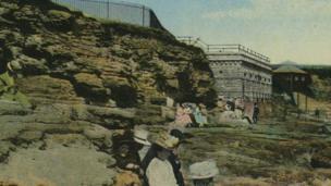 Egwyl ar draeth Ynys y Barri yn 1910