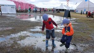 Bobi a Jac yn cael hwyl yn y glaw / Enjoying a splash about on the maes