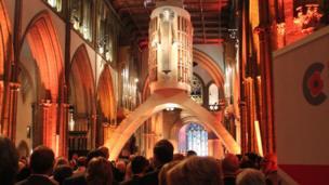 Eglwys Gadeiriol Llandaf oedd lleoliad y Gwasanaeth Coffa