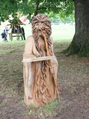 Cerfiad pren gan un o'r nifer o artistiaid a oedd yn arddangos yn ystod yr ŵyl // Wood carving on display by one of many artists who exhibited their work at the festival