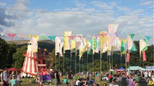 Dydd Gwener 15fed o Awst: Gŵyl y Dyn Gwyrdd, Crug Hywel. Awyrgylch braf a lliwgar o dan yr awyr las. // Friday 15th of August : Green Man Festival, Crickhowell. A bright, colourful atmostphere against the blue sky.