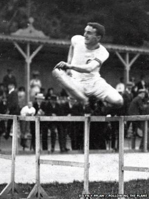 Edward Wyatt Gould, y neidiwr clwydi a chwaraewr rygbi o Gasnewydd. Fe gynrychiolydd Prydain yng Ngemau Olympaidd 1908 yn Llundain // Edward Wyatt Gould, the hurdler and rugby player from Newport, represented Britain in London's 1908 Olympic Games