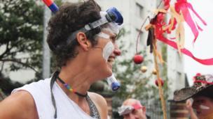 Penwisg addas am y tywydd yn nghanol y parêd // Appropriate headgear for the weather in the parade