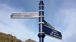 Dyna'r ffordd, ar hyd Llwybr y Mwynwyr // This way to the Miner's Track