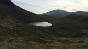 Llyn Teyrn yn llechu rhwng y mynyddoedd // Llyn Teyrn nestles between the mountains