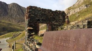 Mwynwyr y gwaith mwyn roddodd eu henwau i'r llwybr // The miners who worked this facility gave their names to the path