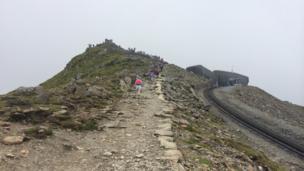 Dim ond 'chydig lathenni i fynd tan y copa // Only a few yards to go before the peak
