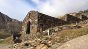 Yr hen waith copr ar lethrau'r mynydd // The old copper works at the foot of the mountain