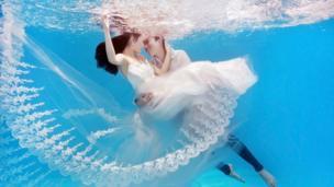 Xiao Bai and Xiao Song pose underwater