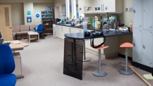 Mae stafell orffwys y staff yn weddol daclus - maen nhw'n rhy brysur yn trin y cleifion // The Staff Room looks quite tidy - the doctors and nurses are too busy treating their patients!
