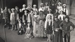 Cast Babes in the Wood (1976/77) mewn gwisg llawn ar lwyfan y Grand // The cast of Babes in the Wood (1976/77) in full costume onstage at the Grand