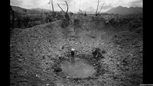 Methodd byddin America â dinistrio llwybr Ho Chi Minh // Bomb crater. Failed operation by the 1st Cavalry Division to cut the Ho Chi Minh trail. 1968
