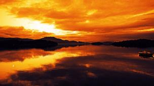 Elton Wright from Dundee pictured the sun setting over the south of Loch Lomond.