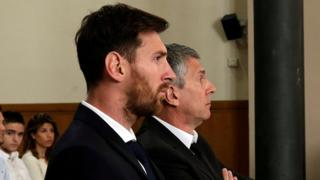 Barcelona's Argentine footballer Lionel Messi (L) in court with his father Jorge Horacio Messi during their trial for tax fraud in Barcelona (June 2016)