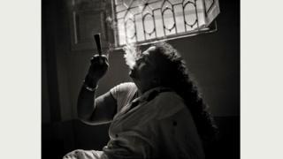 Мойне (54 года) пришлось столкнуться с вызовами реальной жизни после того, как ее гуру скончался. Она ушла из дома 40 лет назад, но мечтает умереть у себя на родине, в Бангладеш