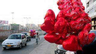 В крупных городах Пакистана день Святого Валентина стал очень популярным