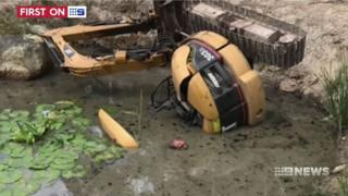 Мужчина упал в пруд, и его придавило экскаватором